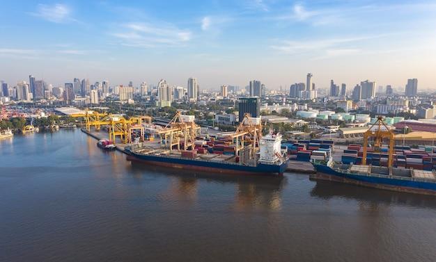 Luftaufnahme von drohne logistik und transport von containerfrachtschiff und frachtimport export, geschäftslogistikkonzept,