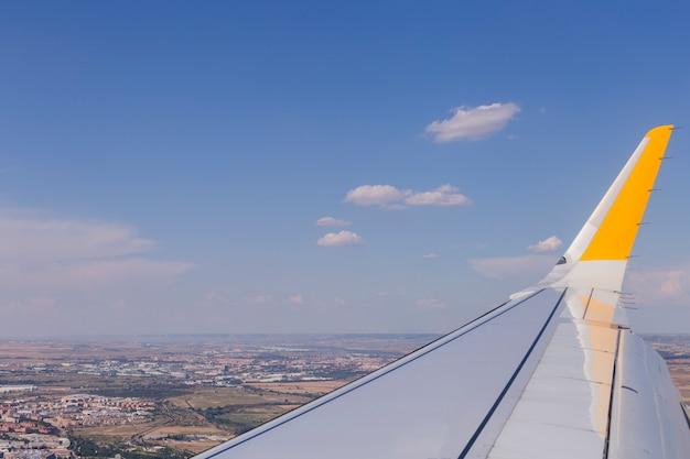 Luftaufnahme von einer fensterfläche während des fluges. braune landschaft oben in spanien. reisekonzept
