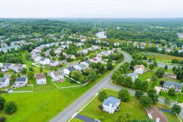 Luftaufnahme von einfamilienhäusern, einem wohnviertel in der nähe des flusses in east brunswick new jersey usa