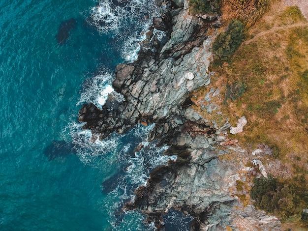 Luftaufnahme von felsen nahe meer