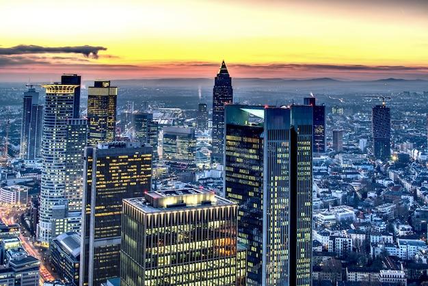 Luftaufnahme von frankfurt am main bei sonnenuntergang