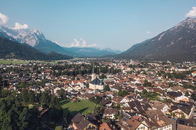 Luftaufnahme von garmisch-partenkirchen im sommer