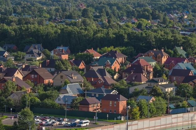 Luftaufnahme von häuschenimmobilien im norden von moskau.