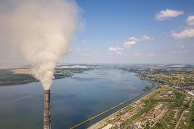 Luftaufnahme von hohen kaminrohren mit grauem rauch vom kohlekraftwerk. stromerzeugung mit fossilen brennstoffen.