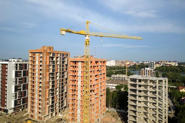 Luftaufnahme von hohen wohnwohngebäuden im bau. immobilien-entwicklung.
