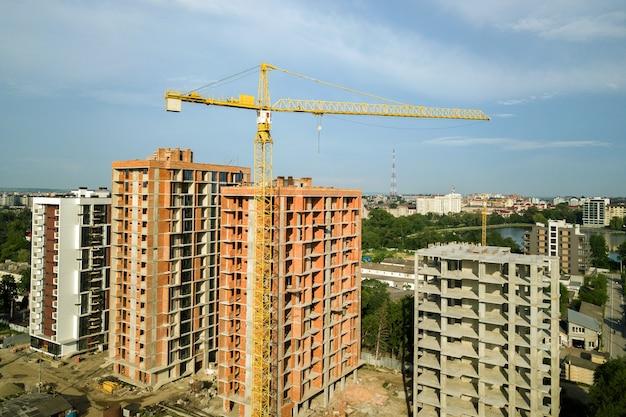 Luftaufnahme von hohen wohnwohngebäuden im bau