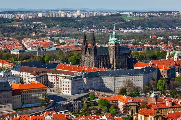 Luftaufnahme von hradchany: die st.-vitt-kathedrale des heiligen veits