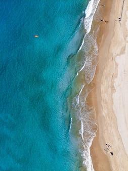 Luftaufnahme von leuten, die den strand an einem sonnigen tag genießen