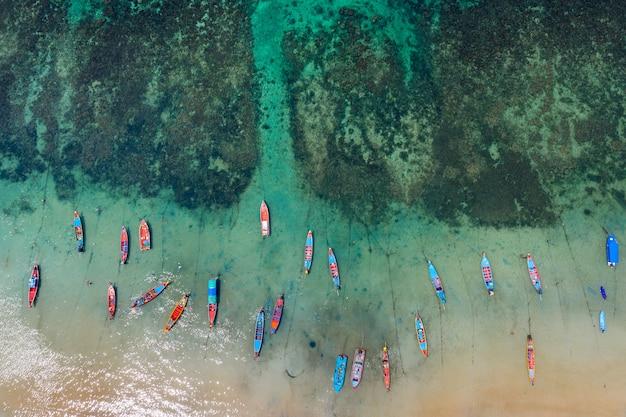 Luftaufnahme von long tail booten auf dem meer bei koh tao island, thailand