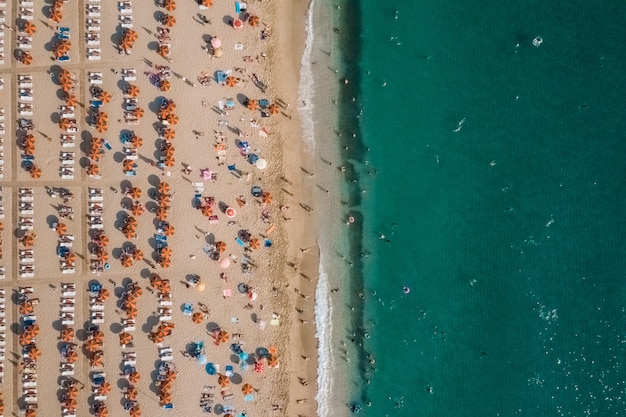 Luftaufnahme von menschen, die auf dem strand nahe dem meer ruhen