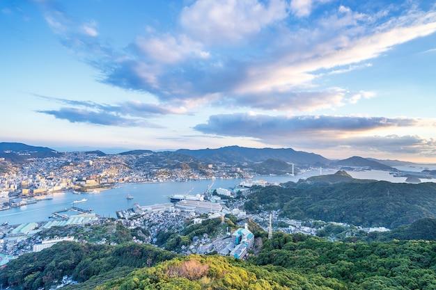 Luftaufnahme von nagasaki, stadt in japan. moderne stadtansichten vom berg inasa