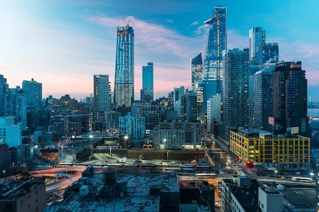 Luftaufnahme von new yorker wolkenkratzergebäuden bei sonnenuntergang - blaue gebäude - landschaftsfoto