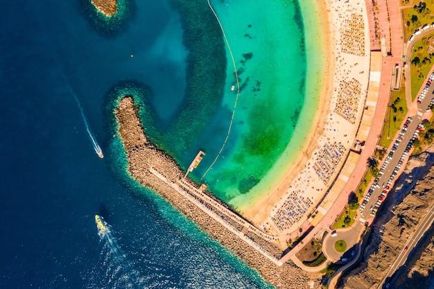 Luftaufnahme von oben auf das ufer der insel gran canaria in spanien