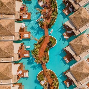 Luftaufnahme von oben durch drohne eines tropischen hotels mit einem pool