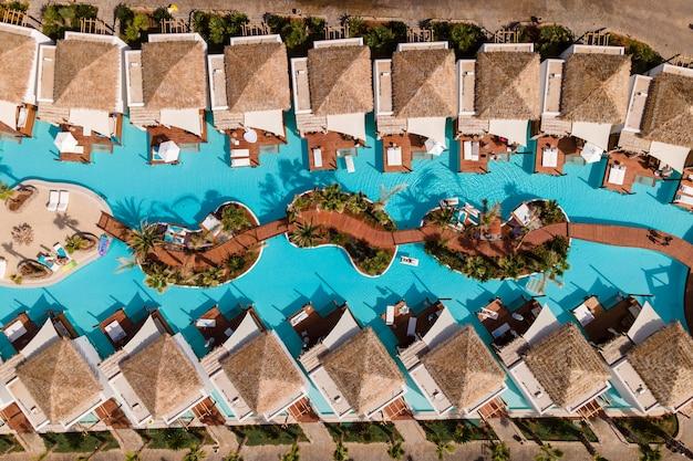 Luftaufnahme von oben durch drohne eines tropischen hotels mit einem pool.