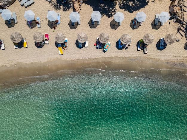 Luftaufnahme von oben mit der drohne des tropischen strandes von voulisma strand auf kreta griechenland