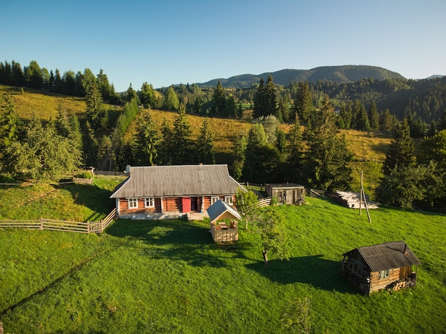 Luftaufnahme von oben nach unten auf das bergdorf in den karpaten am sommertag