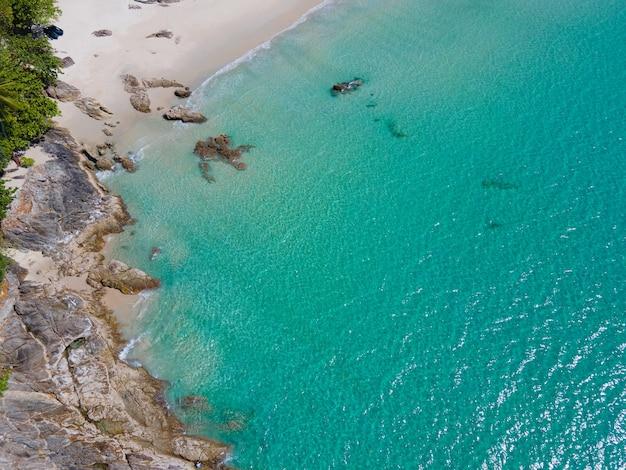 Luftaufnahme von oben nach unten topischer strand im sonnigen tag