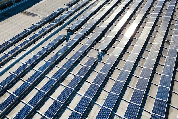 Luftaufnahme von photovoltaik-sonnenkollektoren, die vom dach des industriegebäudes montiert werden