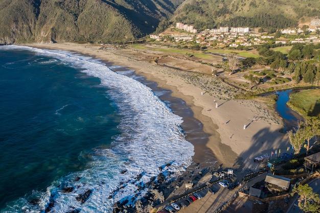 Luftaufnahme von playa grande beach bei quintay, chile