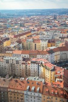 Luftaufnahme von prag vom fernsehturm von zizkov am sonnigen tag in prag, tschechische republik