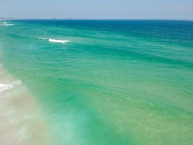 Luftaufnahme von praia da reserva, barra da tijuca, rio de janeiro. reserva strand. drohnenfoto. sonniger tag.