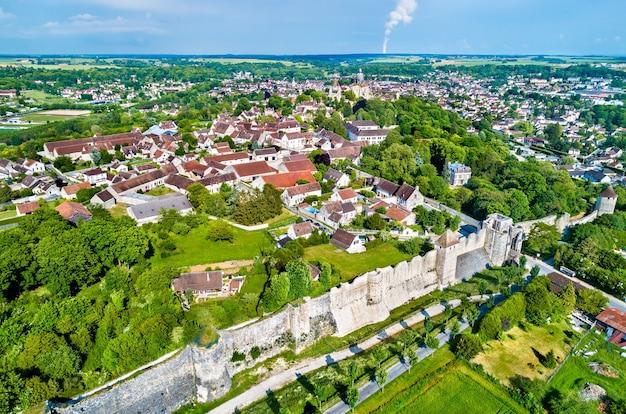 Luftaufnahme von provins, einer stadt mit mittelalterlichen jahrmärkten und einer site. das département seine-et-marne in frankreich