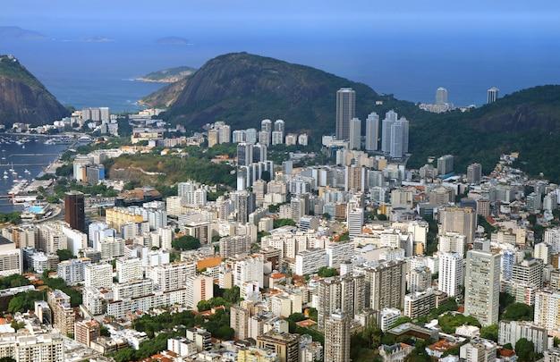 Luftaufnahme von rio de janeiro stadt mit den wolkenkratzern, brasilien