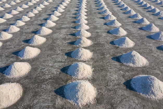 Luftaufnahme von salz in salzfarm bereit für ernte, thailand