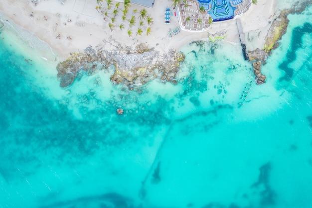 Luftaufnahme von sandstrand und meer mit kleinen wellen in cancun mexiko draufsicht von der drohne playa