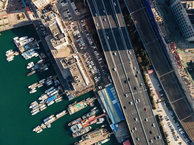 Luftaufnahme von schiffen im hafen von qingdao