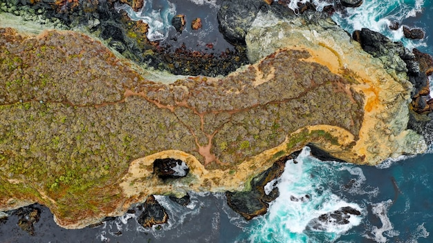 Luftaufnahme von schönen korallenriffen mitten im meer mit erstaunlichen wassertexturen