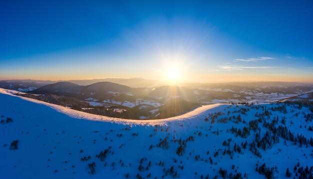 Luftaufnahme von schönen winterberghängen