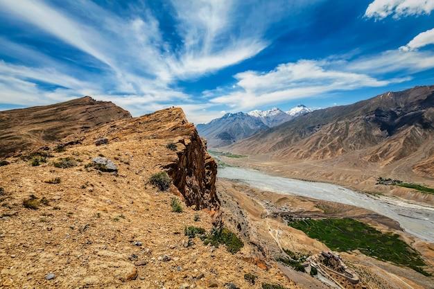 Luftaufnahme von spiti valley und key gompa im himalaya