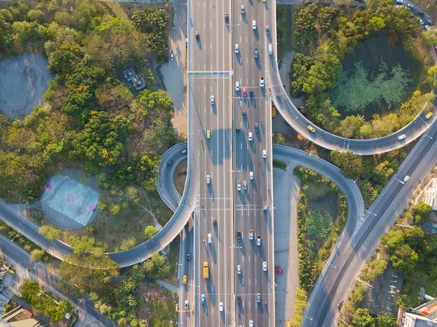 Luftaufnahme von super-highway-verkehr mit autos und stark befahrenen straßen in der tageszeit