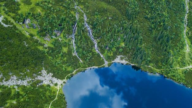 Luftaufnahme von tatra-gebirgssee.