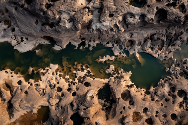 Luftaufnahme von thailand grand canyon sam phan bok bei ubon ratchathani, thailand. schöne landschaft aus löchern und felsenbergen