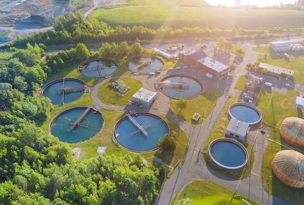 Luftaufnahme von trinkwasseraufbereitungsanlagen für großstadt aus der wasserwirtschaft