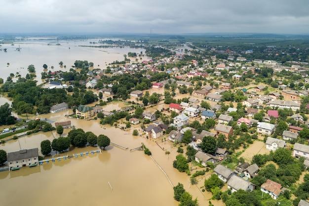 Luftaufnahme von überfluteten häusern mit schmutzigem wasser des dnister-flusses in der stadt halych, westukraine.