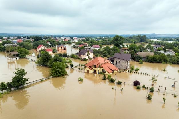 Luftaufnahme von überfluteten häusern mit schmutzigem wasser des flusses dnister in der stadt halych, westukraine.