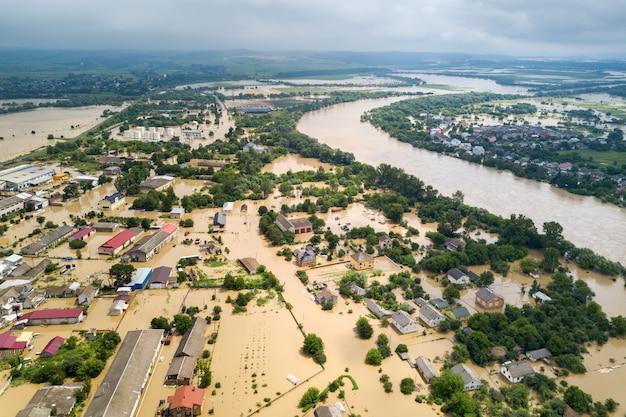 Luftaufnahme von überfluteten häusern mit schmutzigem wasser