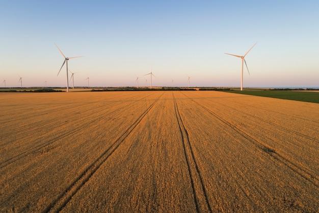 Luftaufnahme von windkraftanlagen im feld