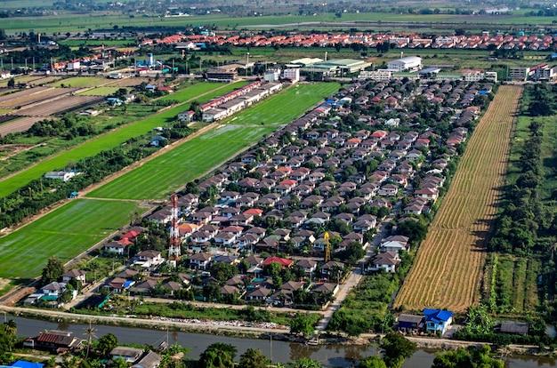 Luftaufnahme von wohnraum und landentwicklung