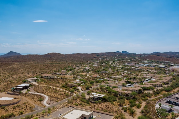 Luftaufnahme von wohnvierteln in der nähe der bergwüste in der schönen stadtlandschaft fountain hills in arizona usa