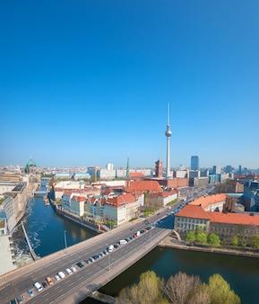 Luftaufnahme von zentralem berlin an einem hellen tag im frühjahr, panoramabild