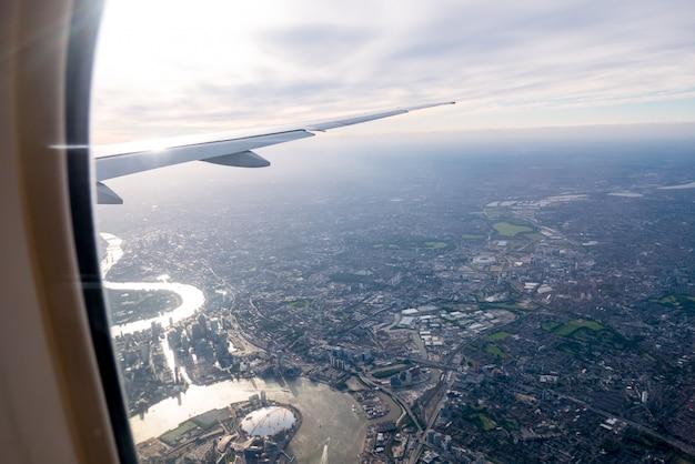 Luftaufnahme von zentralem london durch flugzeugfenster