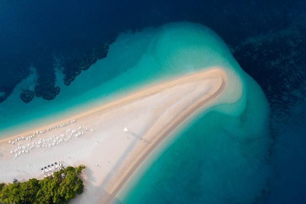 Luftaufnahme von zlatni rat golden cape brac island kroatien sommer strandreisen in der adria