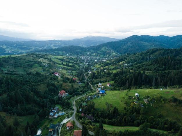 Luftaufnahme zum karpatendorf slavske mit bergen