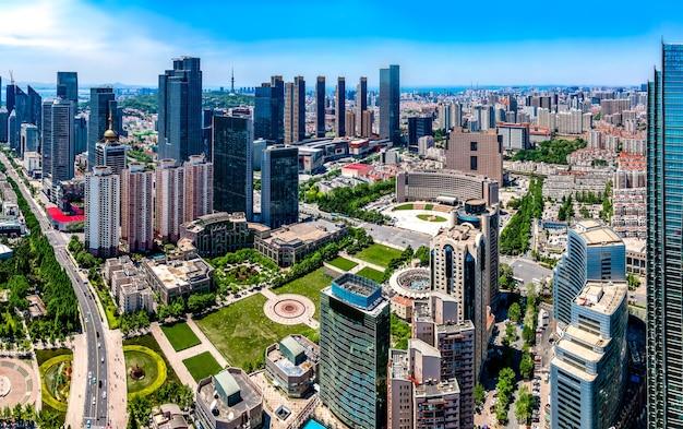 Luftaufnahmen der architektonischen landschaftsskyline entlang der städtischen küste von qingdaoo
