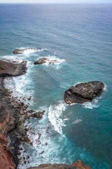 Luftaufnahmen der klippen und des ozeans in der insel santo antao, kap verde
